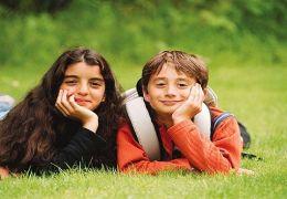 Marcello und Fatima im Gras  MFA+ Filmdistribution