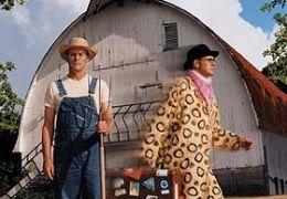Farmer John - Mit Mistgabel und Federboa