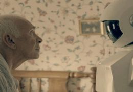 Robot and Frank - Frank (Frank Langella) steht seinem...über.