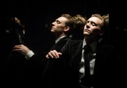 High-Rise - Dr Lang (Tom Hiddleston) im Aufzug